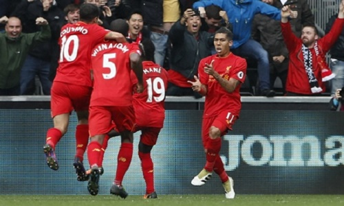 Britain Soccer Football - Swansea City v Liverpool - Premier League - Liberty Stadium - 1/10/16 Liverpool's Roberto Firmino celebrates scoring their first goal with team mates Reuters / Stefan Wermuth Livepic EDITORIAL USE ONLY.